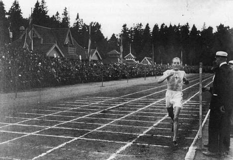 Paavo Nurmi kilpaili ahkerasti Eläintarhan kentällä (kuvassa vuonna 1925), mutta juoksi vauhdikkaasti myös kenttää ympäröivillä kaduilla.