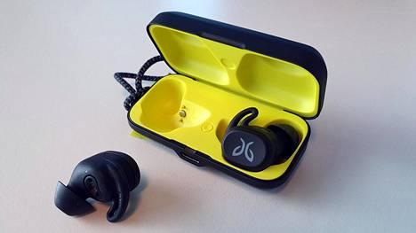 Kuulokkeet latautuvat kotelossa ollessaan. Korvanappien varaus riittää runsaaksi kuudeksi tunniksi, kotelon akussa on 10 tuntia käyttöaikaa lisää.