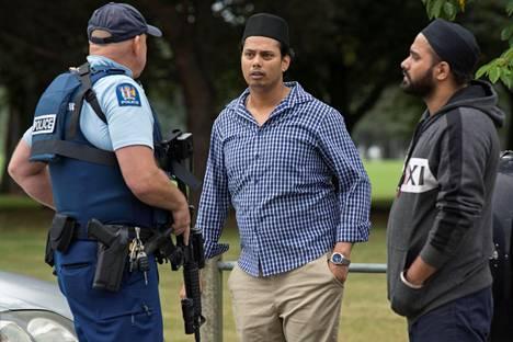 Poliisi puhutteli todistajia iskun kohteena olleen al-Noorin moskeijan edustalla Christchurchissa perjantaina.