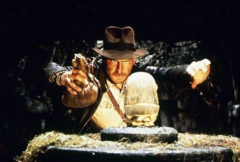 Kadonneen aarteen metsästäjien alussa Indiana Jones havittelee kultaista aarretta.