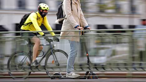 Sähköpotkulautojen turvallisuus huolestuttaa Ranskassa.