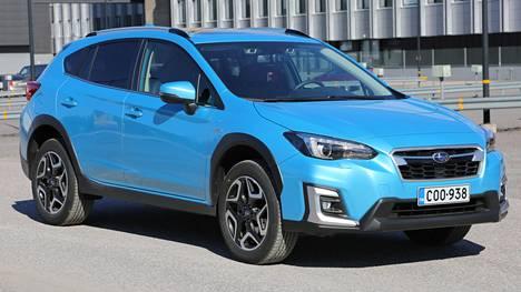 Tältä näyttää uudistunut Subaru XV. Lanseerausväri on uusi Lagoon Blue Pearl. XV:n vastaiskumoottori saa nyt hiukan apua CVT-vaihteiston sisällä olevalta sähkömoottorilta.