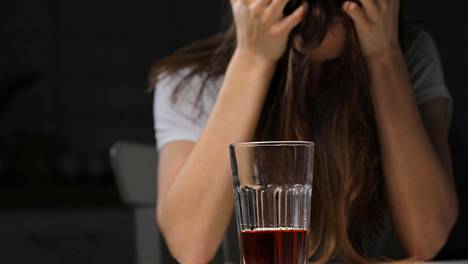 Moni hakee selitystä alkoholiongelmaansa muualta kuin riippuvuudesta. Kuten stressistä, masennuksesta, työuupumuksesta, väärästä työpaikasta tai kumppanista.