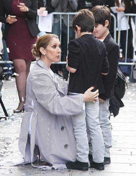 Céline Dion kuvattuna Pariisissa kaksospoikiensa Nelsonin ja Eddyn kanssa.