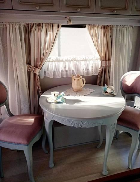 Asuntovaunussa on nyt näyttävä salonki.