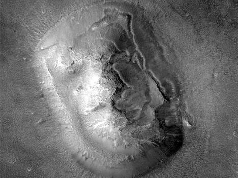 Global Surveyor -aluksen ottama kuva marsilaisnaamasta todistaa, että kyseessä on muodostelma marsperässä.