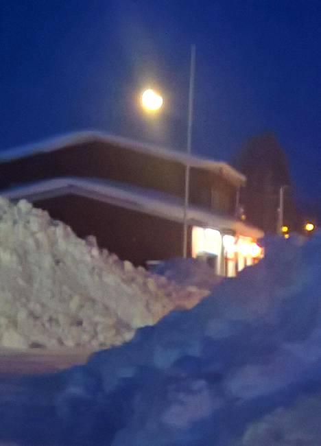 Kuunpimennys Taivalkoskella lumivallien keskellä.