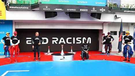 Unkarin GP:n alkuseremonia tuntui polvistuneesta Lewis Hamiltonista (neljäs vas.) hätiköidyltä.