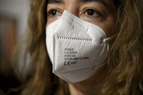 FFP2-hengityssuojain ehkäisee siitepölyn kulkeutumista hengitysteihin.