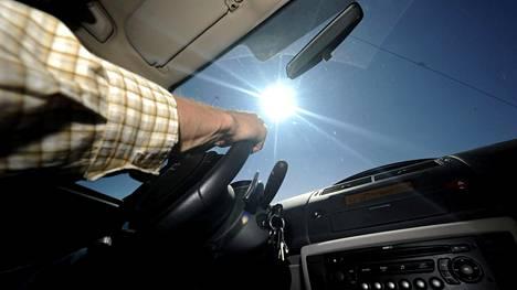 Häikäisysuoja auttaisi tässä tapauksessa. Miten muuten auringon valoa ja lämpöä torjutaan? Lue vinkit artikkelista.
