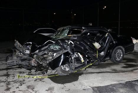 Kolaripaikalla otetuista kuvista näkyy, kuinka pahaan kuntoon Bob Simonia kuljettanut auto meni onnettomuudessa.