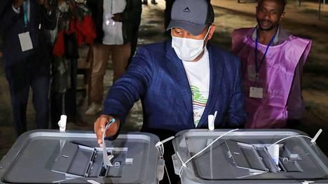 Pääministeri kuvattuna äänestämässä.