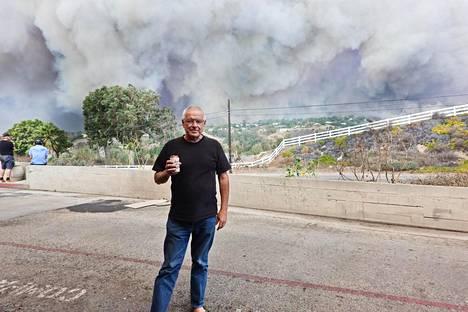 Heikki Ketola taustallaan Kaliforniaa piinaava tulipalo.