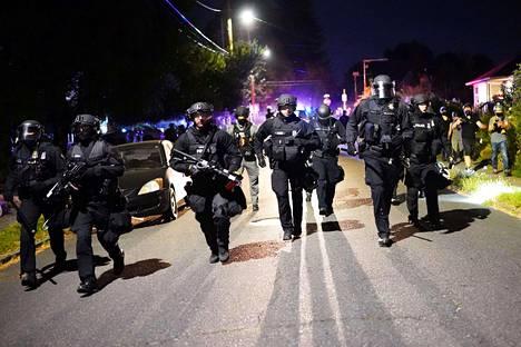 Poliiseja kuvattuna Portlandissa 1. elokuuta 2020.