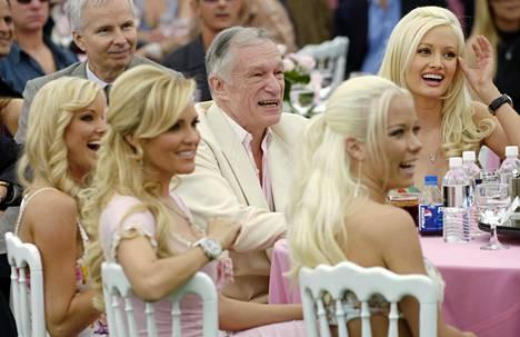 Hefnerin vierellä oikealta Holly Madison, Kendra Wilkinson, Bridget Marquardt. Kauimpaisena vasemmalla vuoden 2006 Playmate Kara Monaco.