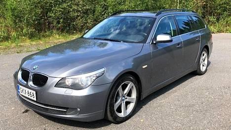 Vanhempikorinen eli E60-mallinen BMW 520-farmari kaksilitraisella dieselmoottorilla ja automaattilaatikolla vuosimallia 2010 (yllä) oli jyväskyläläisessä Arsin Autoliikkeessä myynnissä 13 390 euron hintaan. Auton mittarilukema oli 208 000 kilometriä.