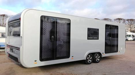 Adria Astella 704 HP:llä on kokoa ja näköä - ulko-oviakin siinä on kaksin kappalein.