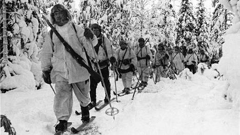 Hiihtopartio Märkäjärvellä Sallan suunnassa helmikuussa 1940.