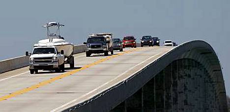 Florida Keys -saariketjun asukkaat määrättiin sunnuntaina siirtymään mannermaalle turvaan lähestyvän hurrikaani Iken tieltä.