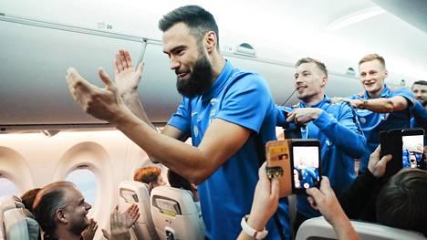 Tim Sparv johti Huuhkajien kisamarssia Ateenan-lennolla viime marraskuussa. EM-kisoissa matkustamista riittää niin joukkueilla kuin kannattajilla.