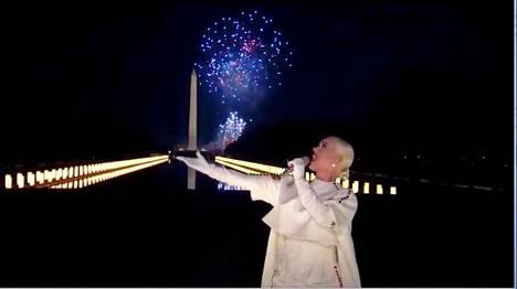Show päättyi Katy Perryn musiikkiesitykseen, jonka aikana ilotulitukset paukkuivat taivaalla.