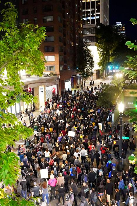 Mielenosoittajia Portlandissa sunnuntaina.