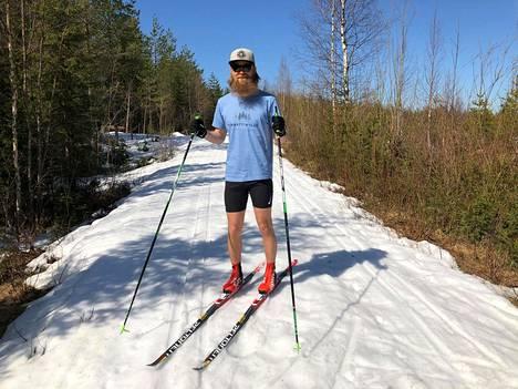 Puuhamies Janne Kallinen on mielissään siitä, että kylä innostui hiihtämään helteellä.