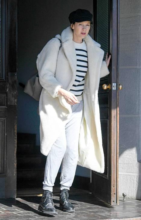 Näyttelijä Caitriona Balfe lisäsi kotiasuunsa ulos lähtiessään maiharit, muhkean takin ja kipparihatun.