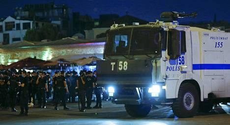 Poliisijoukkoja Taksimin aukiolla Istanbulissa.
