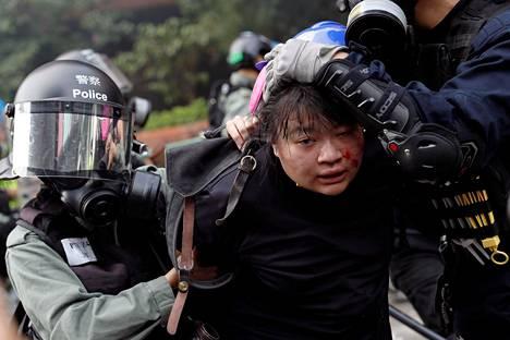 Poliisi pidätti Hongkongin polyteknisen yliopiston kampukselta ulos pyrkineen opiskelijan maanantaiaamuna paikallista aikaa.