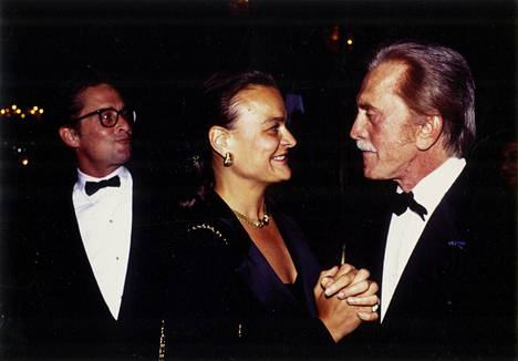 Michael Douglas, Ilta-Sanomien toimittaja Rita Tainola ja Kirk Douglas vuonna 1989.