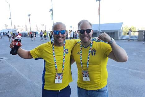 Reinir Jacobson (vas.) saapui Pietariin kannustamaan Ruotsia ystävänsä August Gustafssonin kanssa.