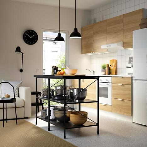 Kotona suositaan myös mukavia, klassisia huonekaluja sekä luonnonmateriaaleja ja vaaleaa puuta.