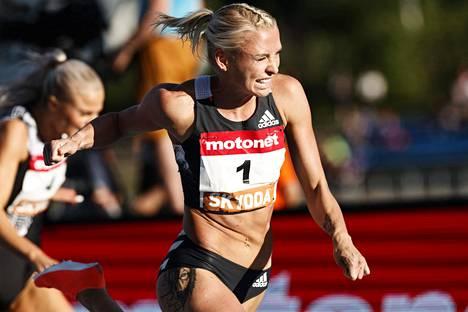 Annimari Korte kuvattuna Lahden GP:n alkueräjuoksussa. Lähes kahden metrin vastaiseen syntyi jo kelpo tulos 12,96.