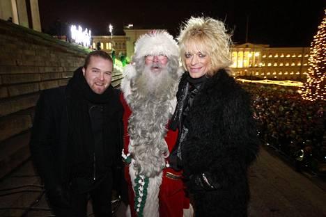 Teemu Roivainen kannusti Saara Aalto koko X Factor -taipaleen ajan. Valokuvassa Roivainen, Joulupukki ja Michael Monroe Saara Aallon Senaatintorin konsertissa.