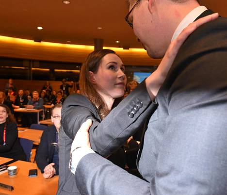 """Pääministerin valitseminen oli joulukuussa poikkeuksellisen pienen joukon käsissä. Sdp:n 61-henkinen puoluevaltuusto päätti esittää äänin 32–29 puolueen pääministeriehdokkaaksi Sanna Marinia. Antti Lindtman ilmoitti samalla, ettei hän tavoittele ensi kesänä Sdp:n puheenjohtajuutta, vaan tukee Marinia, koska """"vallan ja vastuun on oltava samoissa käsissä""""."""
