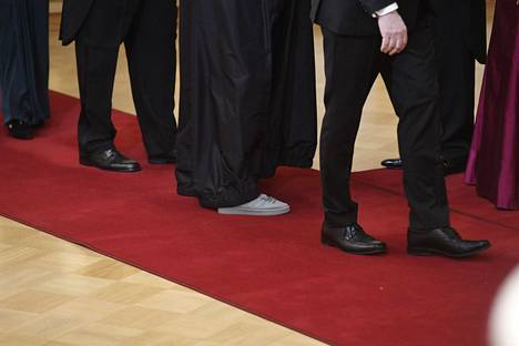TELA:n toimitusjohtaja Suvi-Anne Siimeksen hopeiset kengät muistuttivat tennareita.