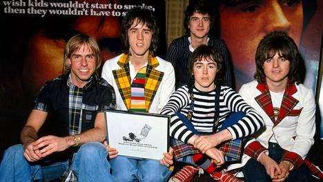 Bay City Rollers -yhtyeen kokoonpano vaihteli vuosien varrella. Vuonna 1975 bändiin kuuluivat Derek Longmuir (vas.), Alan Longmuir, Les McKeown, Ian Mitchell ja Stuart Wood.