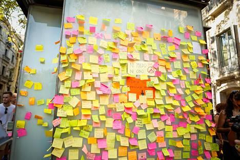 Ihmiset ovat kirjoittaneet viestejä lapuille, joita on kiinnitetty seinille La Ramblalla.