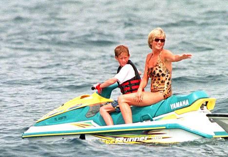 Prinssi Harry ja prinsessa Diana nauttivat lomasta Saint-Tropezissa heinäkuussa 1997 alle kuukautta ennen Dianan traagista kuolemaa.