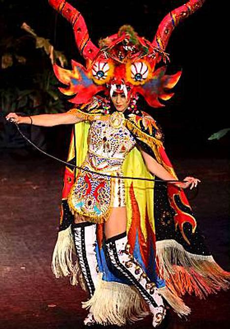 Miss Peru Karen Schwarz ja erikoinen inka-asu.