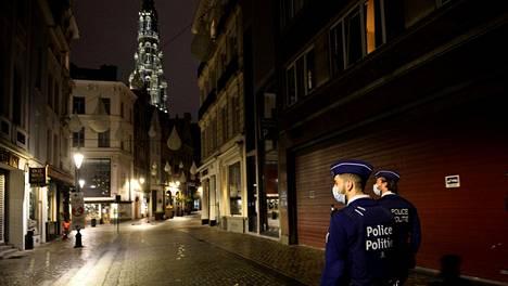 Poliisit partioivat koronarajoitusten hiljentämässä Brysselin keskustassa maanantaina.