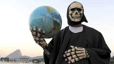 Brasilialainen ympäristöaktivisti poseerasi maapallon kanssa Rio de Janeirossa.