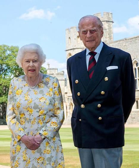 Kuningatar ja prinssi Philip kuvattuina Windsorissa kesäkuussa.