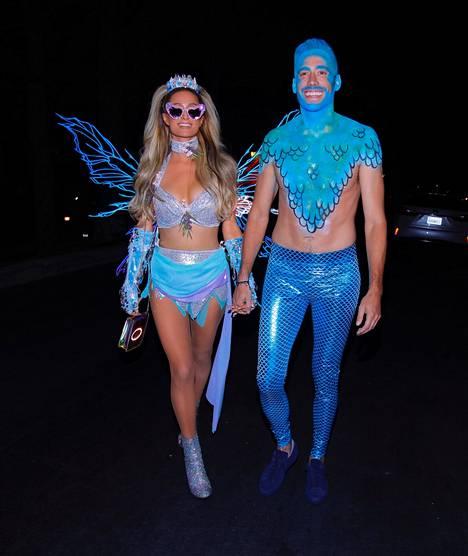 Paris Hilton ja Carter Reum edustivat yhdessä Halloween-juhlissa lokakuussa 2020.