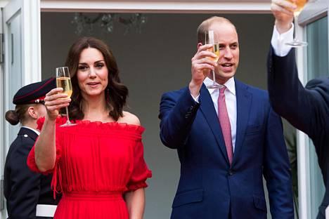 William ja Kate nostivat maljan kuningatar Elisabetin kunniaksi.