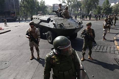 Sotilaat pyrkivät rauhoittamaan Santiagon keskustan.