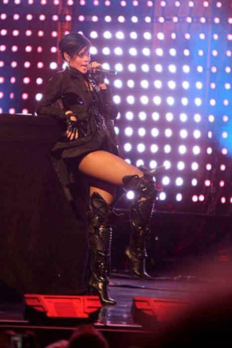 Rihanna sai yleisönsä kiihkon valtaan, vaikka olikin pukeutunut jonkinlaisiin polvisuojiin.