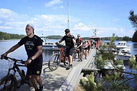 Norppa II kuljettaa pyöräilijöitä Lintusalosta Hurissaloon. Kyytiin mahtuu vain 20, joten ennakkovaraus on tarpeen.