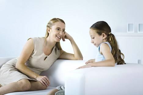 Jutteluun kannattaa varata rauhallinen hetki. Nuori ei välttämättä osallistu aktiivisesti keskusteluun, mutta ainakin hän kuuntelee korvat tarkkana.